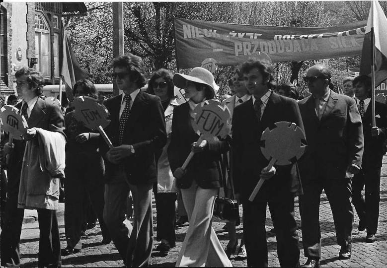 Pierwszy maja, początek lat siedemdziesiątych, ulica Boh. Stalingradu. Maszerują..., stare zdjęcia -