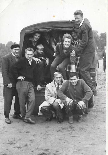 Rok 1963, ostrzeszowscy lekkoatleci w drodze na zawody do Kalisza. Przed autem o..., stare zdjęcia -