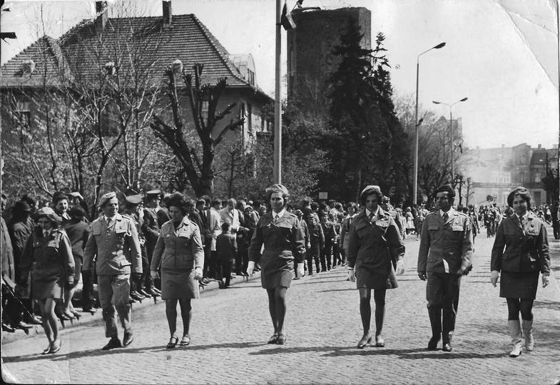 Lata 70-te, w pochodzie pierwszomajowym idą, od lewej: nn, Stanisław Malak, Danu..., stare zdjęcia -