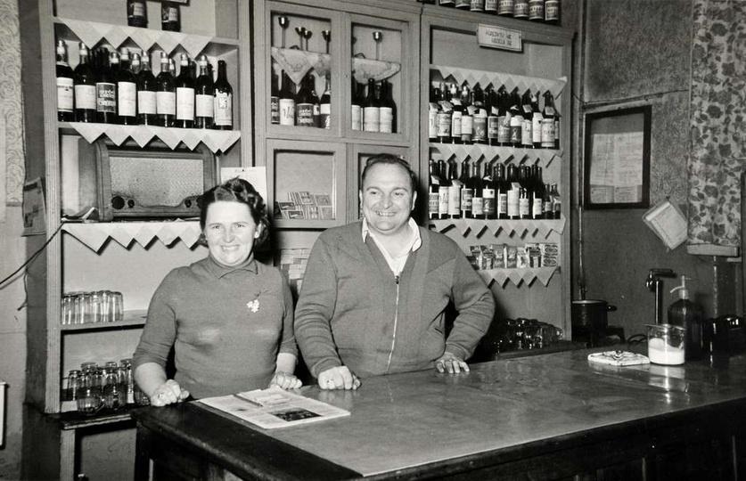 Lata sześćdziesiąte, Urszula i Wacław Sobczakowie za ladą swojej restauracji. Pa..., stare zdjęcia -