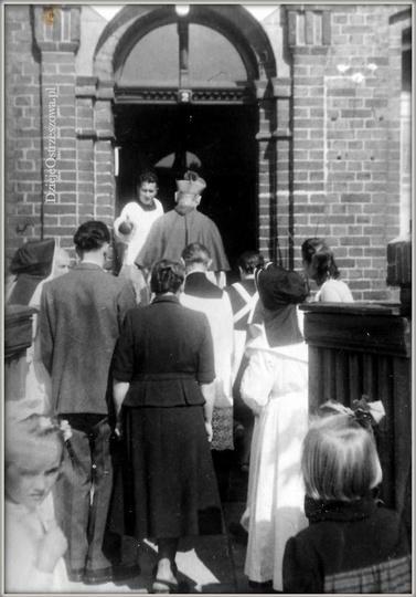 Stary szpital w Ostrzeszowie. 05.09.1949 rok. Duszpasterska wizyta Księdza Arcy..., stare zdjęcia -