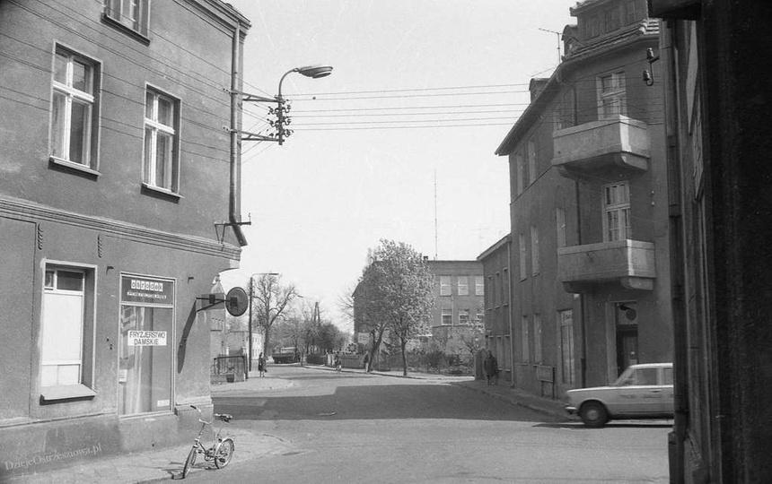 Rok 1983. Styk ulic: Sienkiewicza i Powstańców Wielkopolskich. Przy krawężniku z..., stare zdjęcia -