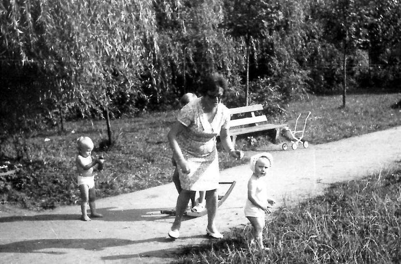 Rok 1969, ogródki dziecięce przy świetlicy TPD. W roli opiekunki dzieci pani Sta..., stare zdjęcia -