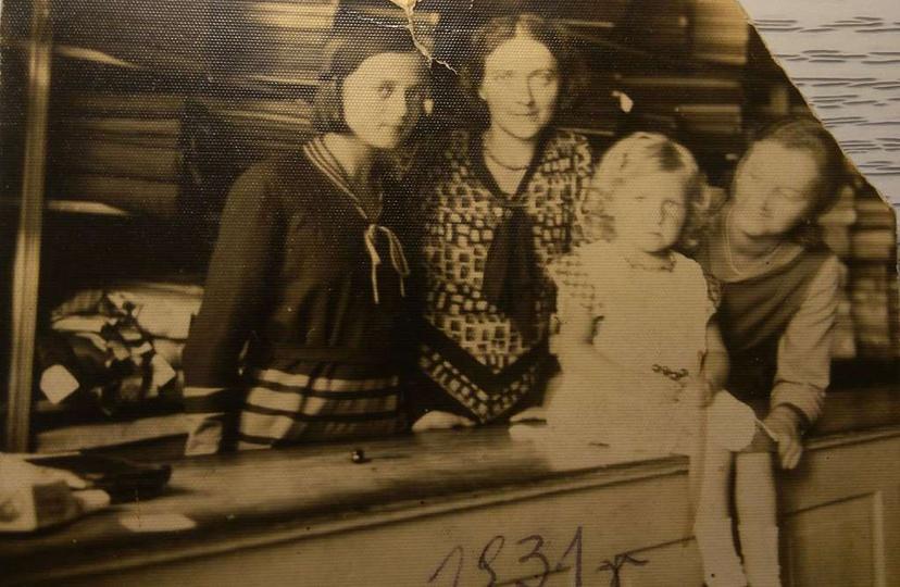 Rok 1931. Sklep z materiałami w Ostrzeszowie. Na ladzie siedzi moja mama Irenka..., stare zdjęcia -