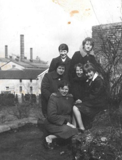 Rok 1962, na zameczku do pamiątkowej fotografii, pozują uczennice ostrzeszowskie..., stare zdjęcia -