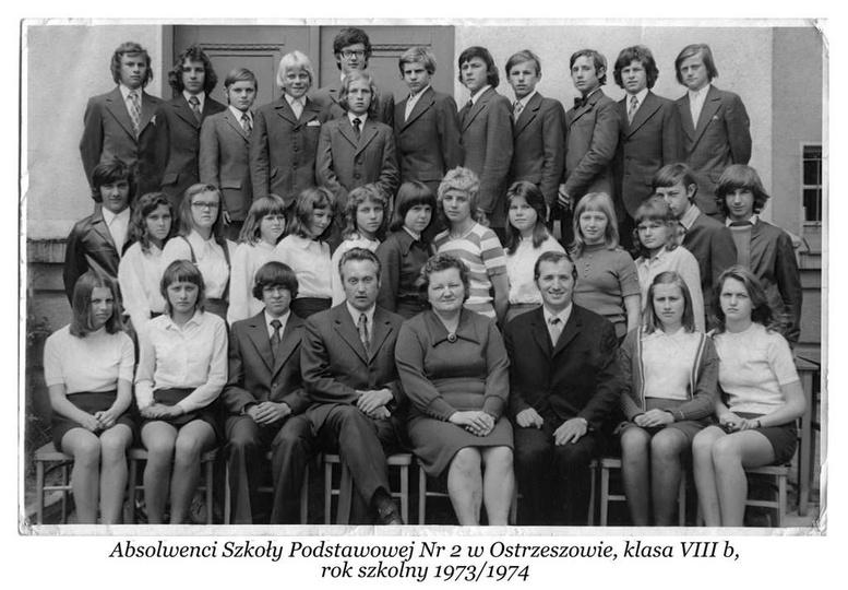 Absolwenci Szkoły Podstawowej Nr. 2 w Ostrzeszowie, klasa VIII b, rok szkolny 19..., stare zdjęcia -