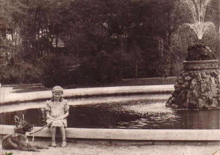 W parku, przy fontannie siedzi Mieczysława Feige. Rok 1938. Ze zbiorów Konrada ..., stare zdjęcia -