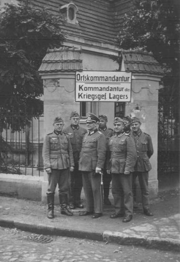 Komendant ostrzeszowskiego obozu jenieckiego, Hans Muzler w otoczeniu podwładnyc..., stare zdjęcia -