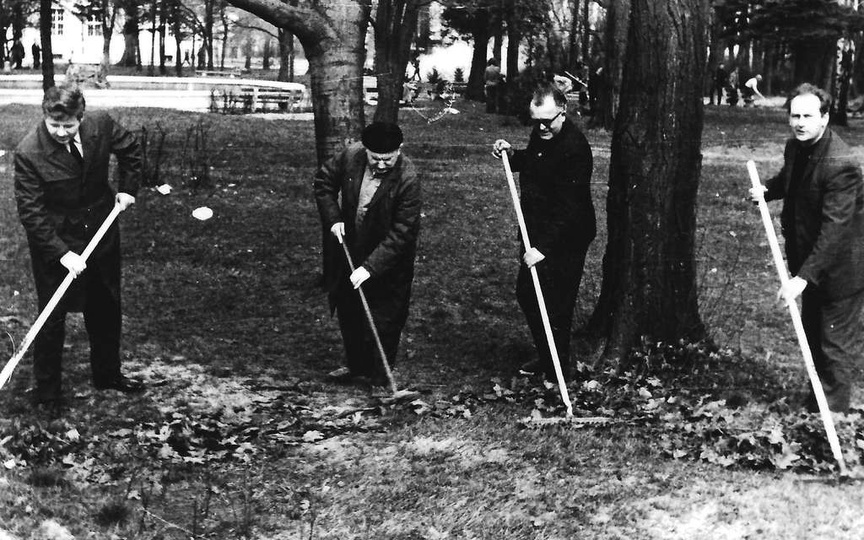 Czyn społeczny w parku miejskim, wiosna 1965. Park miejski powstawał równocześn..., stare zdjęcia -