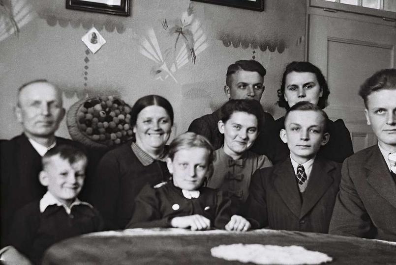 Na zdjęciu rodzina Sufrydow z ulicy Okrzei babcia Pelagia ,Mieciu,Jozef,Tadeusz,..., stare zdjęcia -