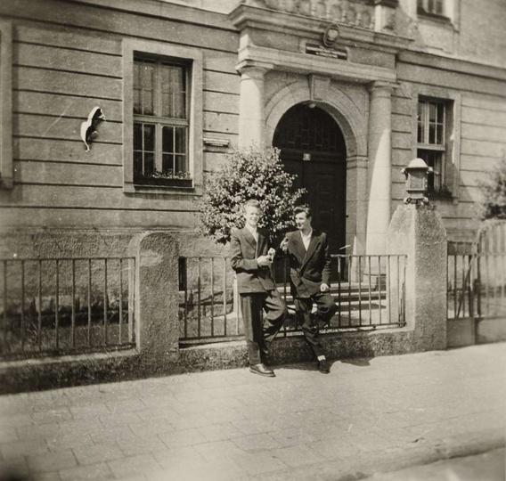 Lata pięćdziesiąte. Narcyz Cebulski i Adam Lisowski stoją przed siedzibą Prezydi..., stare zdjęcia -