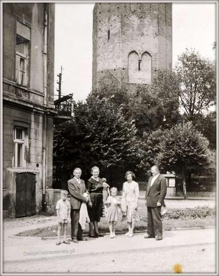 Schyłek lat pięćdziesiątych, do pamiątkowej fotografii, na tle ostrzeszowskiej b..., stare zdjęcia -