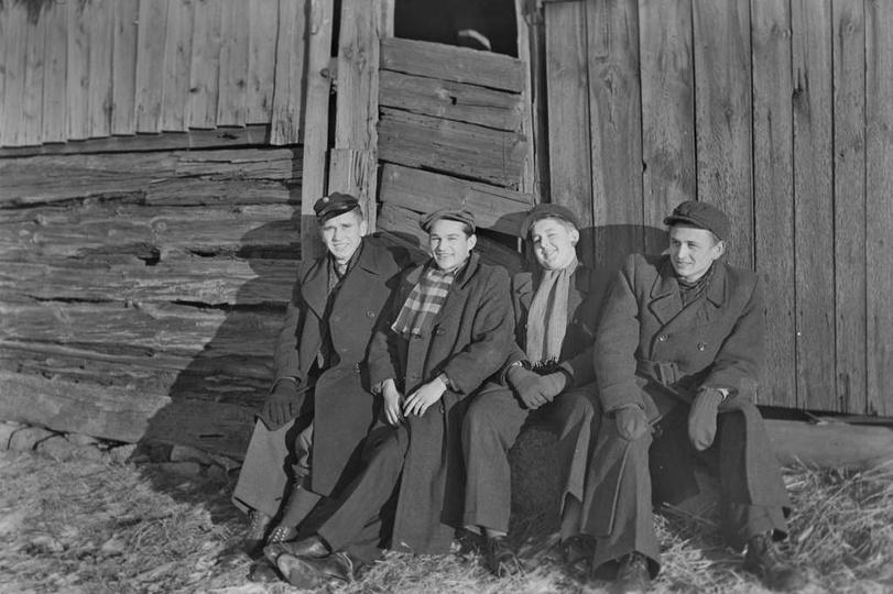 Koniec lat czterdziestych, siedzą od lewej: Stanisław Szmaj, Henryk Kucharski, Z..., stare zdjęcia -