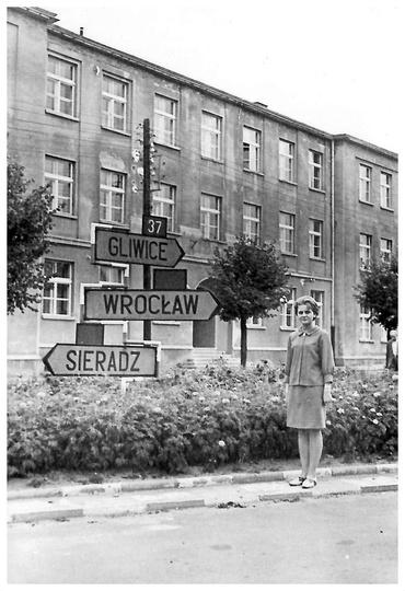 Lata siedemdziesiąte, Szkoła Drzewna. Przy drogowskazie i wysepce zieleni stoi ..., stare zdjęcia -