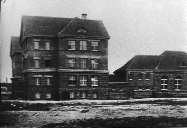 Szkoła podstawowa w czasie lub krótko po budowie, czyli ok. 1928 roku. Zdjęcie p... -
