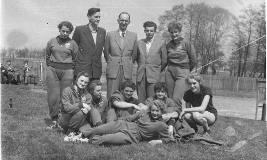 """Rok 1954, Klub Sportowy """"Spójnia"""", drużyna siatkarek. Stoją: Stanisława Wróbel,..., stare zdjęcia -"""
