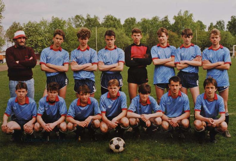 Klasa Spartakiadowa 09.05.1992 r. stoją od lewej: Marian Śmieiński (trener), ..., stare zdjęcia -