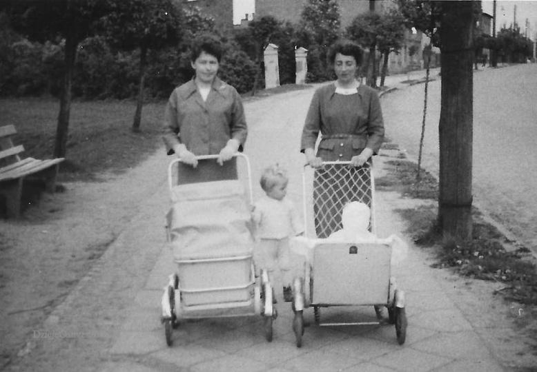 Ostrzeszów ul Armii Czerwonej (obecnie Kolejowa), lata sześćdziesiąte. Panie są ..., stare zdjęcia -