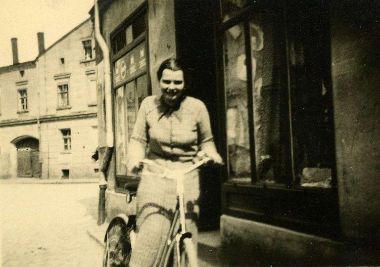 Rok 1931, skrzyzowanie ulicy Strumykowej, Zamkowej i Kaliskiej. Widoczna po praw..., stare zdjęcia -