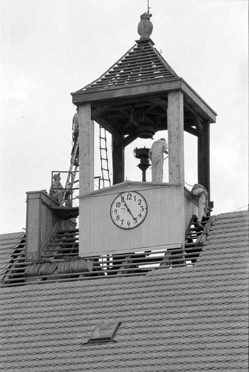 Remont dachu i wieży zegarowej na ratuszu.Rok 1996. Zdj. Grzegorz Kosmala., stare zdjęcia -