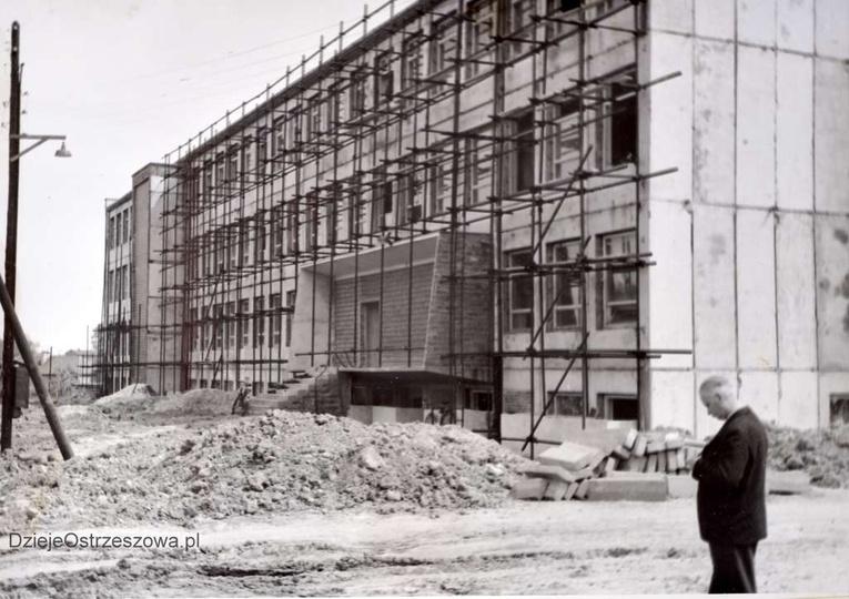 Szkoła Podstawowa nr 1. Sierpień 1964, budowa szkoły, roboty elewacyjne. Tynkow..., stare zdjęcia -