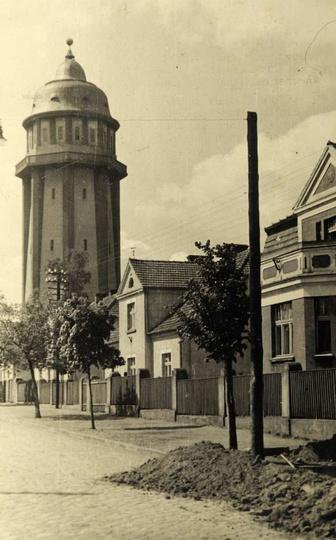 Przedwojenna ulica Krakowska - obecnie Sikorskiego i wieża ciśnień. Z albumu Ma..., stare zdjęcia -