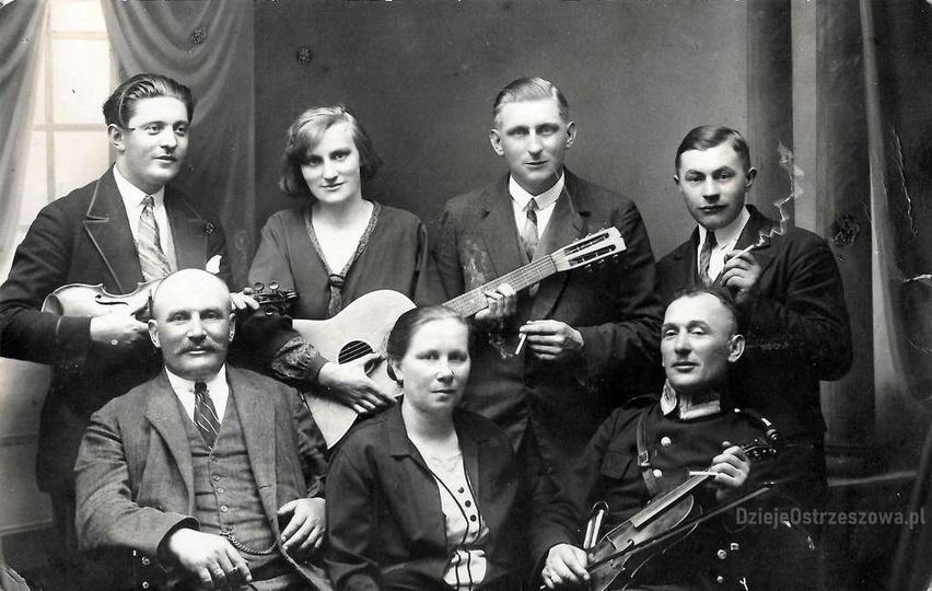 Rok 1930. Siedzą od lewej: Szczepan Feige z żoną Marią z d. Vogel, NN. Stoją od ..., stare zdjęcia -