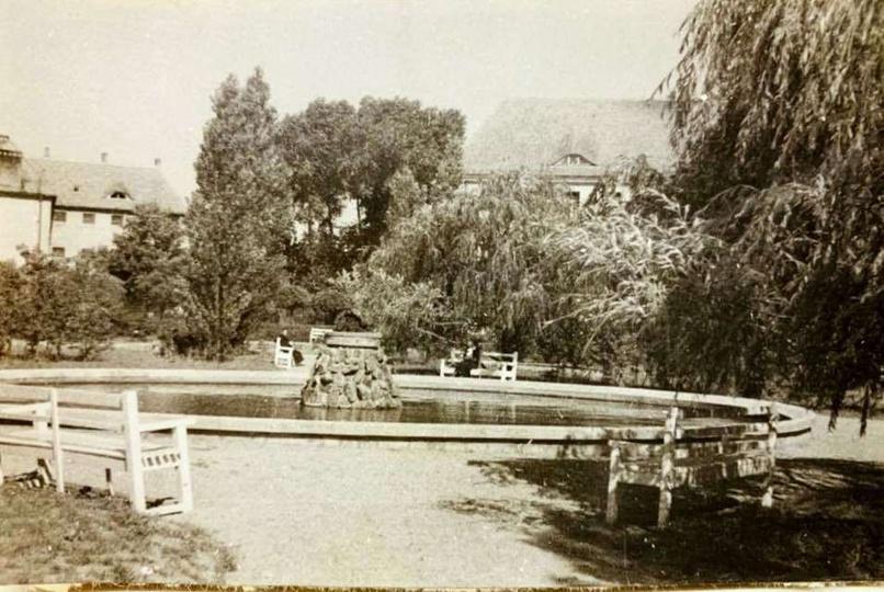 Fontanne w Parku Kosynierów w okresie okupacji.  Zdjecie ze zbiorów prywatnych..., stare zdjęcia -