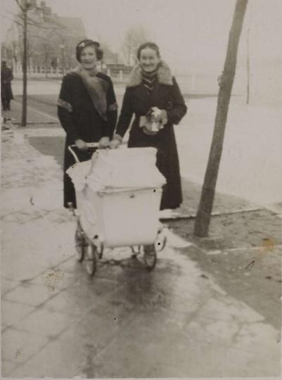Ulica Zamkowa, lata trzydzieste. Stoją: Zofia Wasiółka (później Różyńska) i Hele..., stare zdjęcia -