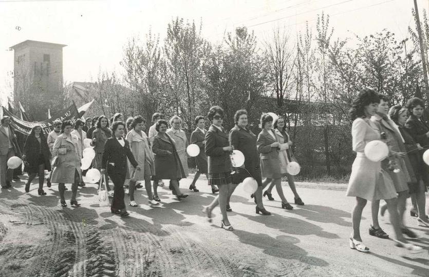 Lata 70-te, ulica Towarowa,w pochodzie pierwszomajowym  maszerują kobiety z Rejo..., stare zdjęcia -