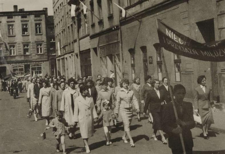 Koniec lat pięćdziesiątych, przez rynek w pochodzie pierwszomajowym, kroczą prac..., stare zdjęcia -
