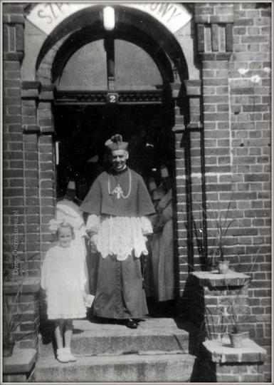 Stary szpital w Ostrzeszowie.  05.09.1949 rok. Duszpasterska wizyta Księdza Arc..., stare zdjęcia -