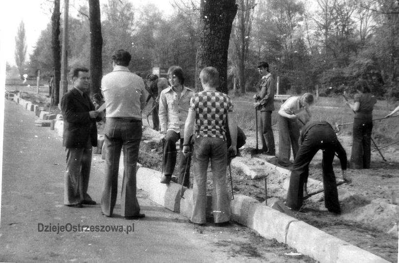 Rok 1978, ulica Sikorskiego. W czynie społecznym, przy układaniu krawężników, pr..., stare zdjęcia -