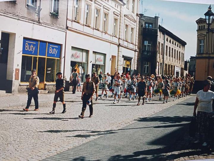 1999 r., 85-lecie Harcerstwa w Ostrzeszowie. Przemarsz harcerzy przez Rynek. Wid..., stare zdjęcia -