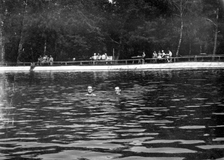 Ostrzeszowski basen, lata pięćdziesiąte. Głowa widoczna po prawej stronie jest c..., stare zdjęcia -