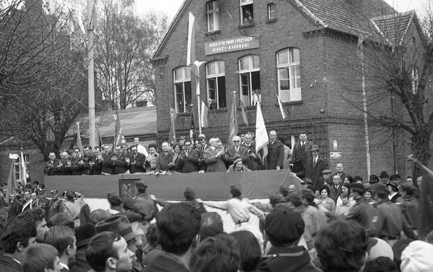 1 maja 1970 rok, trybuna honorowa przy ulicy Boh. Stalingradu (Zamkowa), obok Sz..., stare zdjęcia -