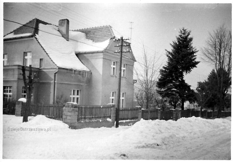 Zima roku 1963/64. Obsypany śniegiem dom przy ulicy Gen. Sikorskiego 46 (skrzyżo..., stare zdjęcia -