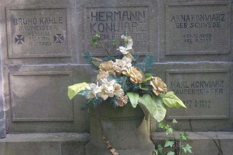 Cmentarz ewangelicki w Ostrzeszowie. Grób Anny i Karla Konwiarz, rodziców wybitn..., stare zdjęcia -