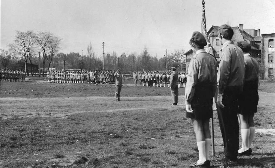 Lata sześćdziesiąte, zbiórka ostrzeszowskich harcerzy na Borku. Po prawej willa ..., stare zdjęcia -