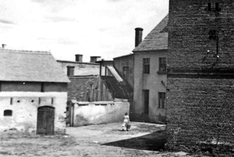 Lata 50-te, posiadłosć państwa Śliwińskich przy ulicy Strumykowej 8. Dom, w kier..., stare zdjęcia -