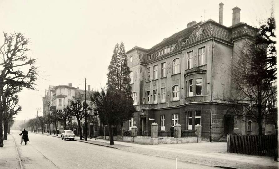 Lata sześćdziesiąte, ul. Bohaterów Stalingradu. W widocznym budynku, dawnym hote..., stare zdjęcia -