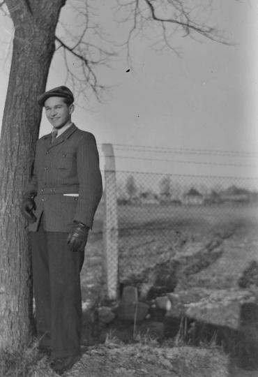 Koniec lat czterdziestych, alejki klasztorne, do zdjęcia pozuje Henryk Kucharski..., stare zdjęcia -