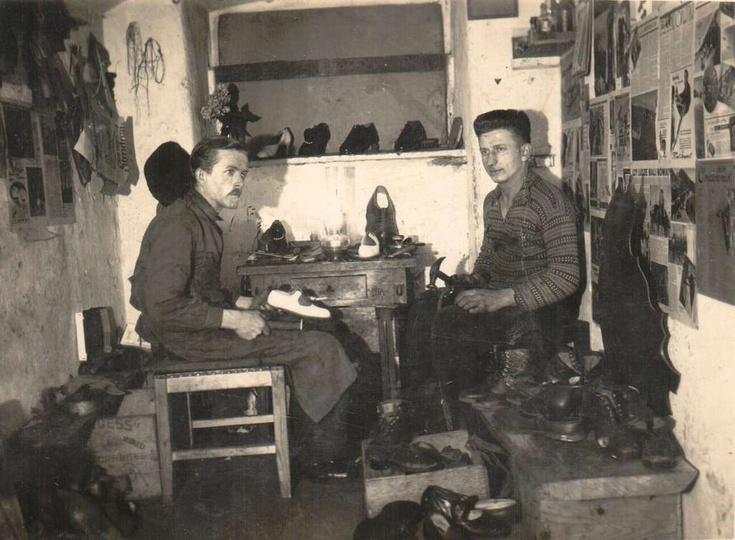 1936 rok, zakład szewski przy ul. Farnej. Po lewej pomocnik szewca Pan Gruszka, ..., stare zdjęcia -