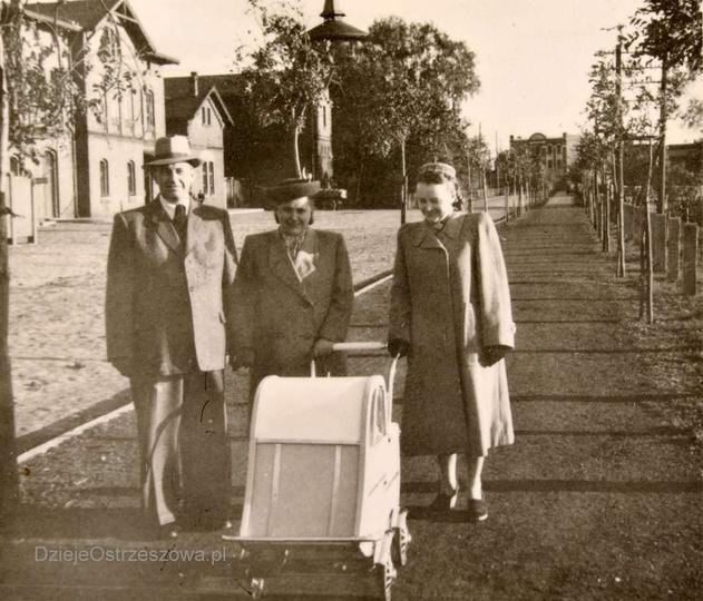 Początek lat pięćdziesiątych, ulica Dworcowa. W tyle widoczny dworzec kolejowy i..., stare zdjęcia -