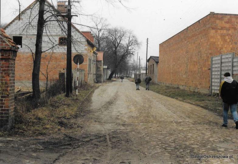 Luty 2000 roku, ulica Kaliska, remont dworku. Zdj. Andrzej Nowacki, stare zdjęcia -