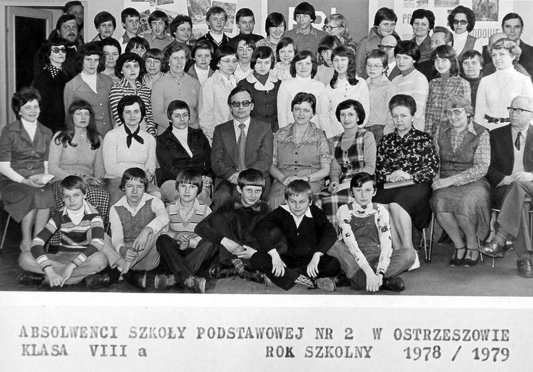 Absolwenci Szkoły Podstawowej Nr 2 w Ostrzeszowie, klasa VIII a. Rok szkolny 197..., stare zdjęcia -