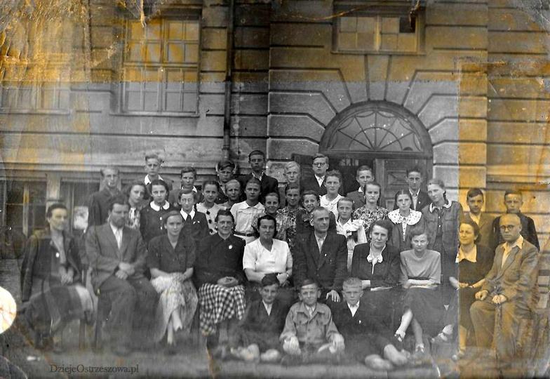Szkoła Podstawowa nr 2, rok 1952(?). U dołu, od lewej: Józef Gomółka, Antoni Ma..., stare zdjęcia -