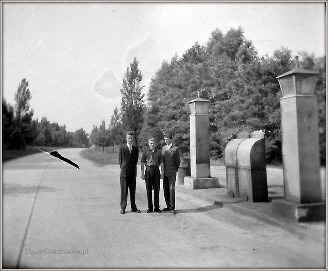 """Lata pięćdziesiąte, stacja paliw przy skrzyżowaniu """"autostrady"""" i ulicy Kościusz..., stare zdjęcia -"""
