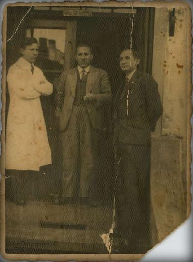 Lata trzydzieste, kamienica przy ulicy Zamkowej 5, wejście po schodach do lokalu..., stare zdjęcia -