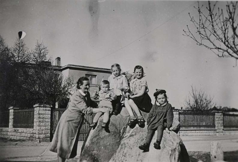 Rok ok. 1954, w tyle widoczna willa przy ulicy Piastowska 16. Przy nieistniejący..., stare zdjęcia -